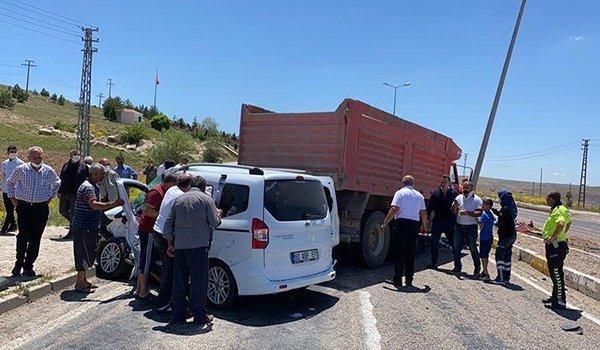Kayseri'de kamyon ile hafif ticari araç çarpıştı: 5 yaralı
