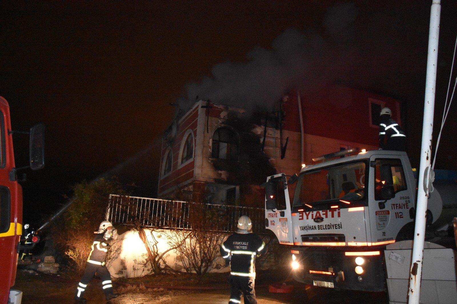 Kırıkkale'de 3 katlı villanın çatısı yandı