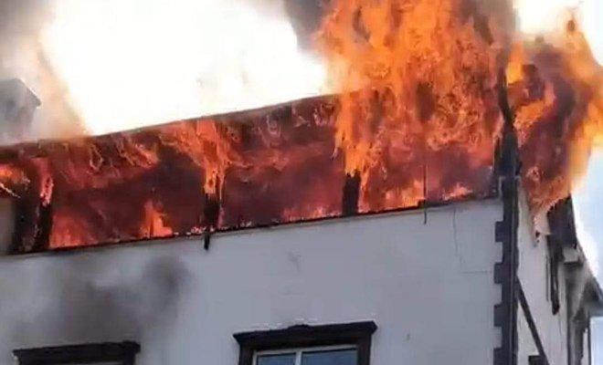 Kocaeli'de tripleks evin 2 katı, alev alev yandı