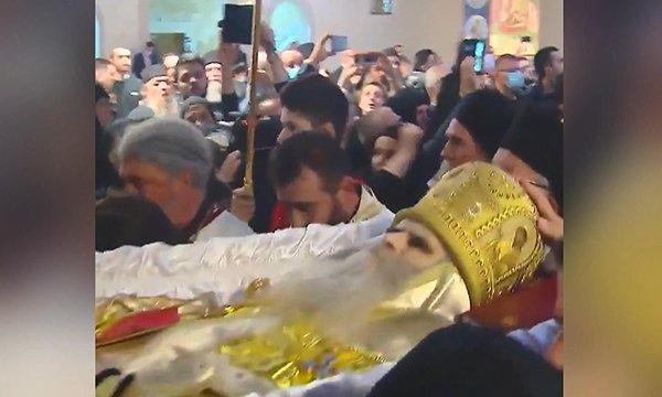 Koronavirüsten ölen başpiskoposun cenazesi