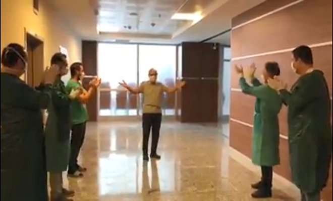 Koronavirüsü yenen doktor, alkışlarla taburcu oldu