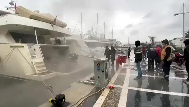 Limanda demirli lüks yatta yangın(video)