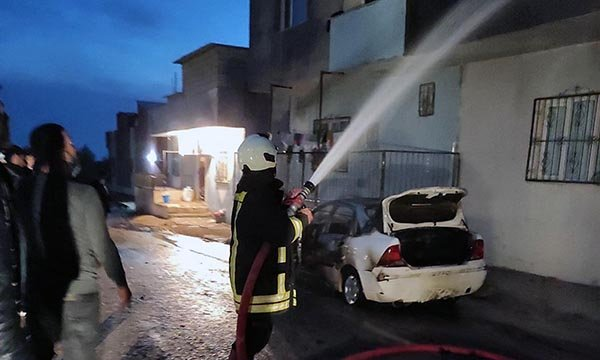 Mardin'de otomobil, yangın sonrası hurdaya döndü