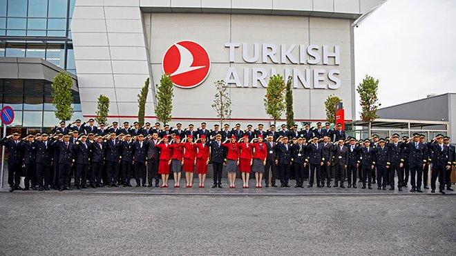 Mehmetçiğe bir selam da bayrak taşıyıcıdan