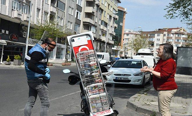 Motosikletinde marşlar çalarak gazete satıyor