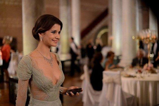 Netflix yeni Türk dizisi için Beren Saat ile anlaştı