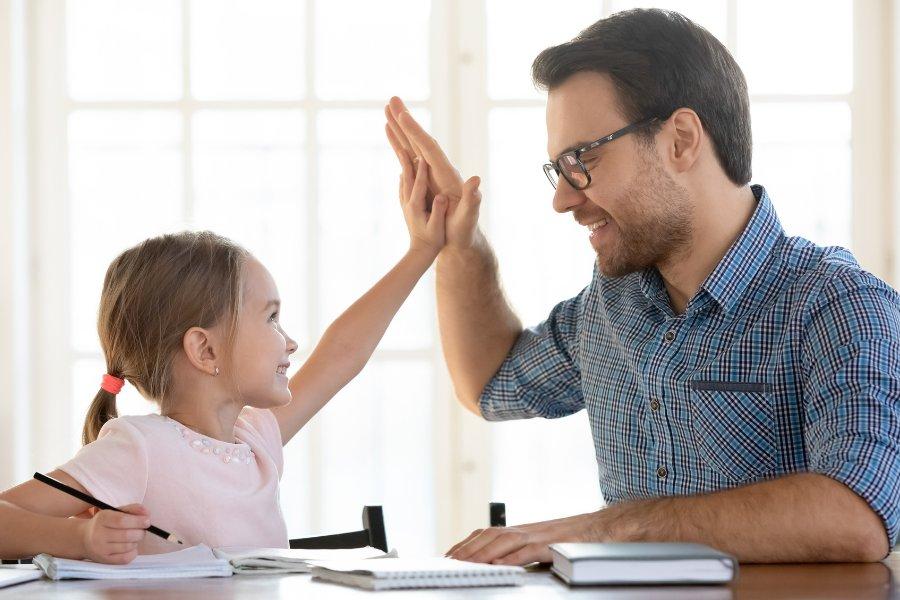 Okula giden çocuklar büyükler için risk oluşturabilir!