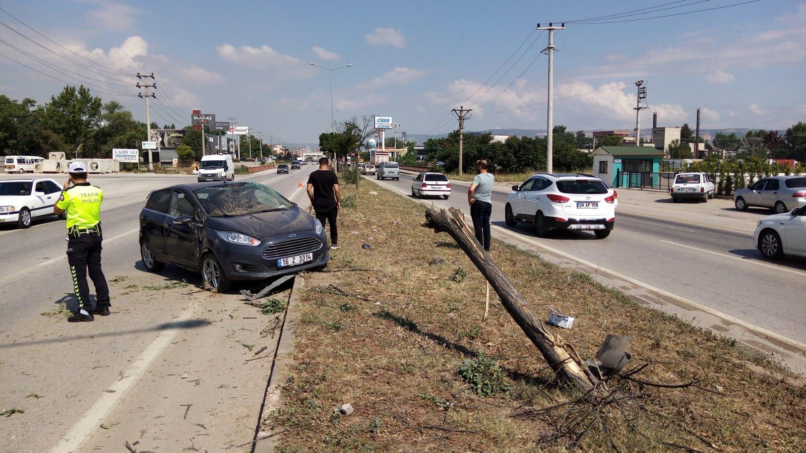 Otomobil, önündeki otomobile çarptı: 3 yaralı