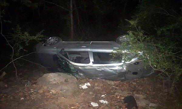 Otomobil uçurumdan yuvarlandı
