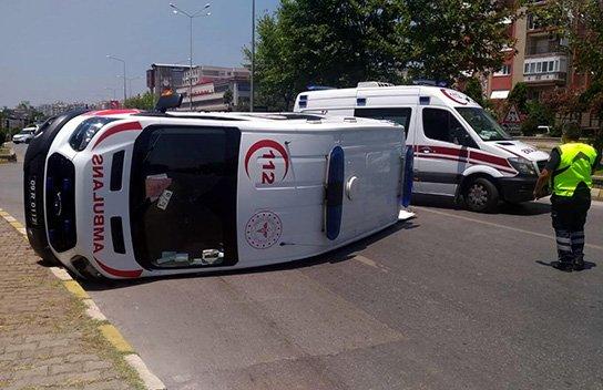 Otomobille çarpışan ambulans devrildi: 6 yaralı