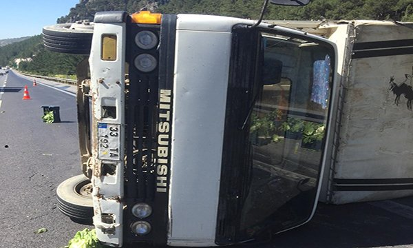 Otoyolda sebze yüklü kamyon devrildi: 2 yaralı