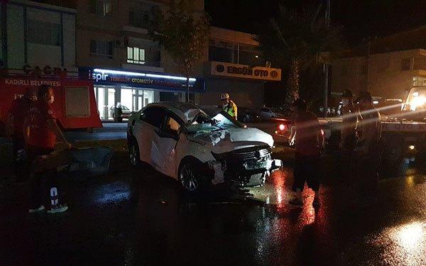 Refüjdeki ağaçları söken otomobil devrildi: 2 yaralı