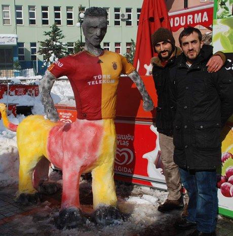 Rize'de Drogba'nın kardan heykelini diktiler.