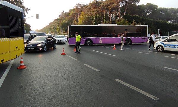Sarıyer'de kamyonet park halindeki taksiye çarptı