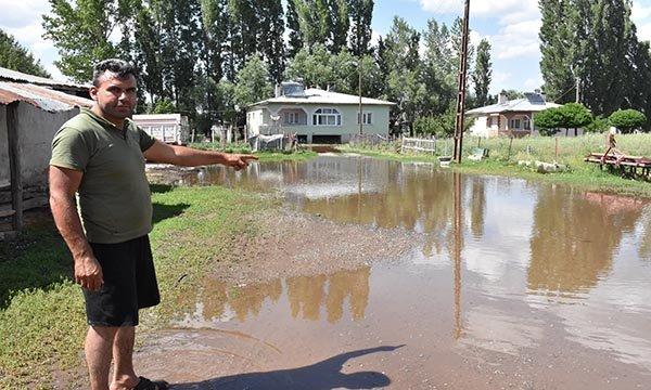Su borusu patladı, arazi ve evlerin bahçelerini su bastı
