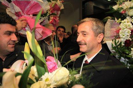 Tahmazoğlu, havaalanında çiçeklerle karşılandı.