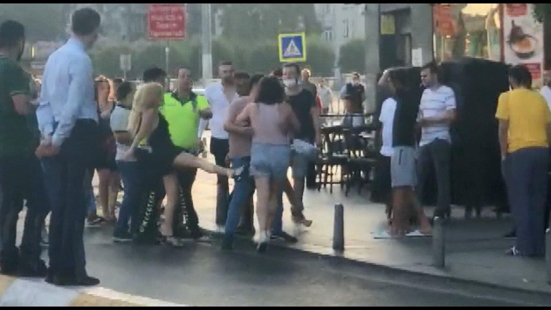 Taksim İstiklal Caddesi'nde iki kadın birbirine girdi#video