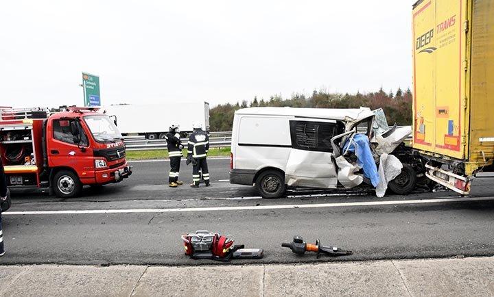 Tekirdağ'da baklava yüklü minibüs, TIR'a çarptı(video)