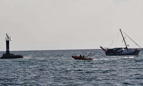 Tekirdağ'da yat kayalıklara çarptı; 2 kişi kurtarıldı(video)