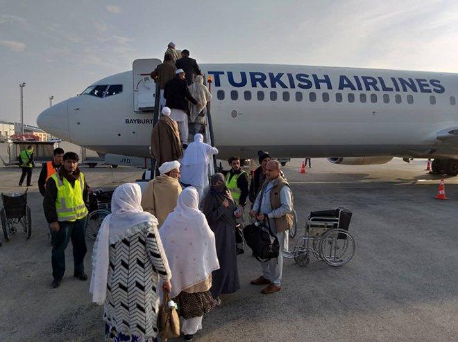 THY Afganlı umrecileri taşımaya başladı!