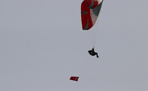 video Tekirdağ'da gökyüzünde Türk bayrakları açtılar