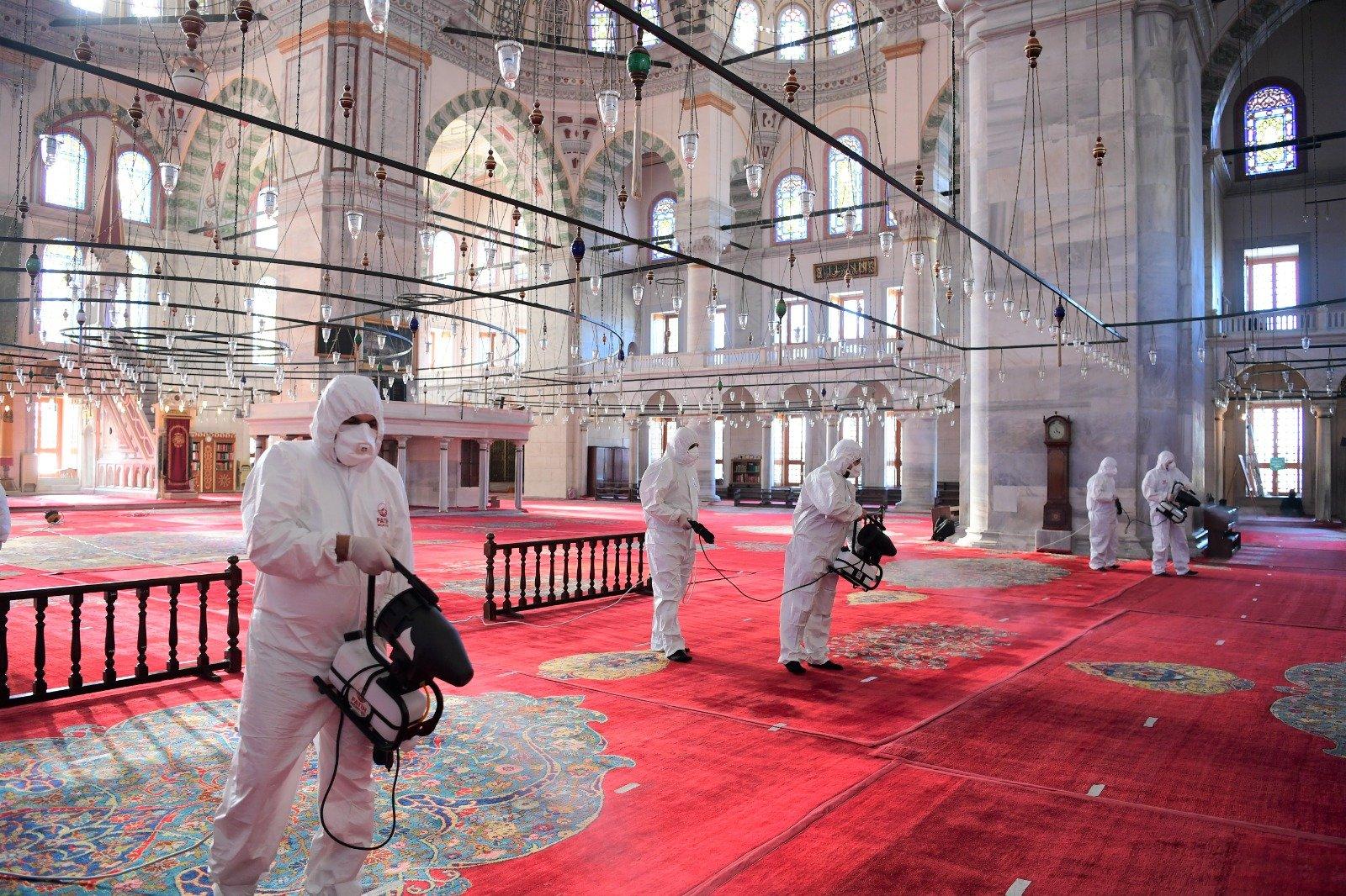 (video)Fatih'te camiler dezenfekte ediliyor