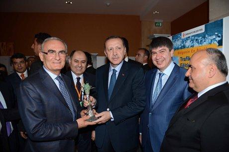Başkan Yılmaz'a ödülünü Başbakan verdi