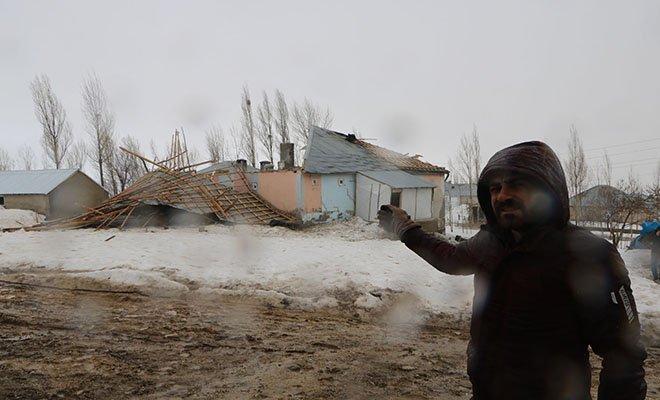 Yüksekova'da fırtınada çatılar uçtu