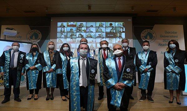 Yükselen akademisyenler cübbe giydi